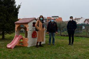 Un venerdì di inaugurazioni. Alle 9 consegnata una casetta in miniatura per i bimbi del nido comunale e alle 12 il taglio del nastro presso la scuola «Cosmo».